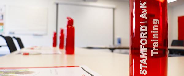 Centro de capacitación sobre servicio de NEWAGE STAMFORD AvK y botella con la marca